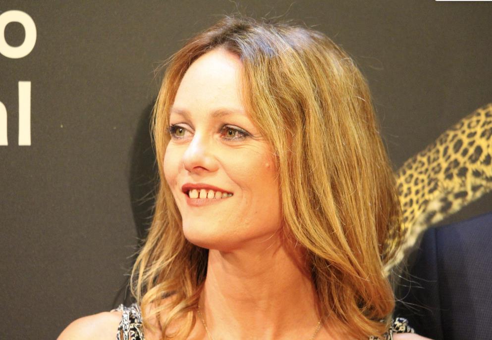 Vanessa Paradis si concede un sorriso sul red carpet di Locarno 70