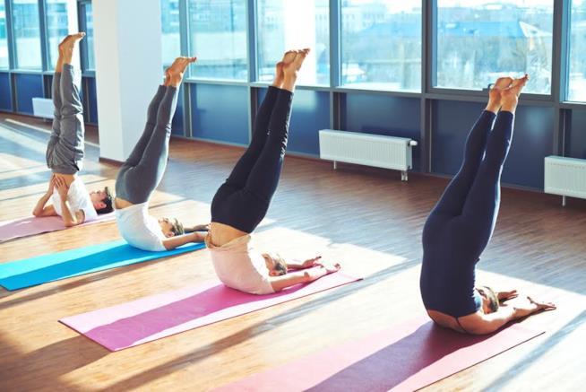 Una posizione Yoga in verticale