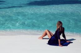 Una fashion influencer sulla spiaggia