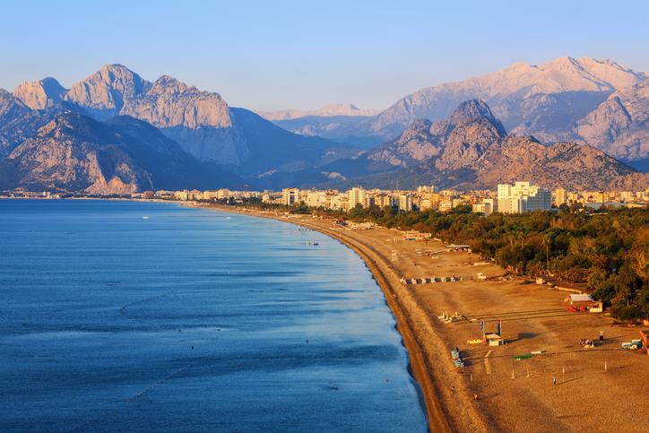Una spiaggia di Antalya al tramonto.