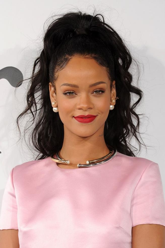 Rihanna con abito rosa ed acconciatura alta con Baby Hair