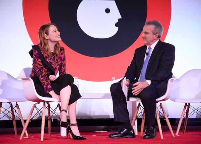 Emma Stone durante l'intervista con il Dr. Harold S. Koplewicz