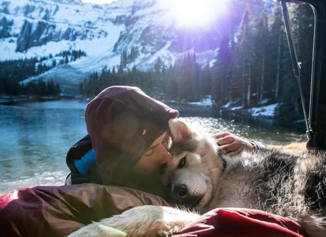 Kelly e Loki si riposano in macchina sulla riva di un lago di montagna