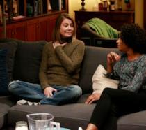 Meredith e Maggie sul divano di casa in uno scatto episodico