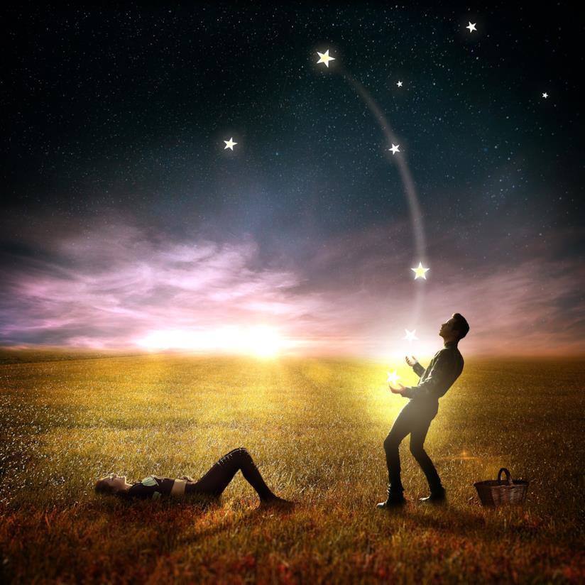 Ragazzo fa il giocoliere con le stelle