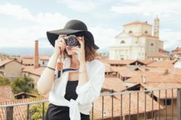 Una donna che fotografa.