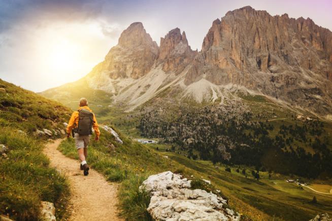 Uomo lungo un sentiero di montagna
