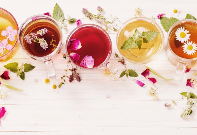 Tazze di vari tipi di tè disposte su un tavolo