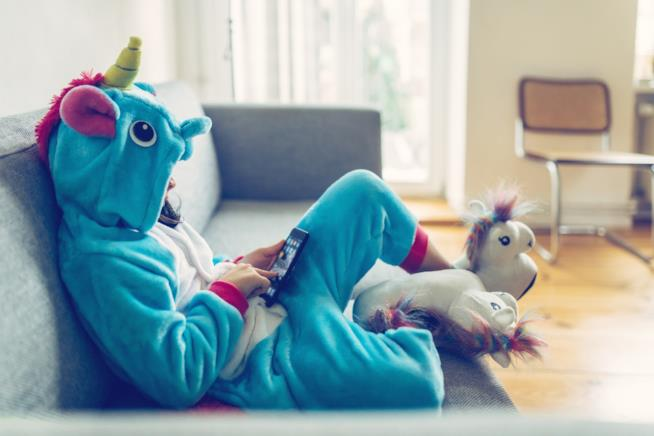Uncorn HoUna ragazza con una tuta da unicornouse a Milano