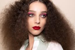 Modella con i capelli ricci