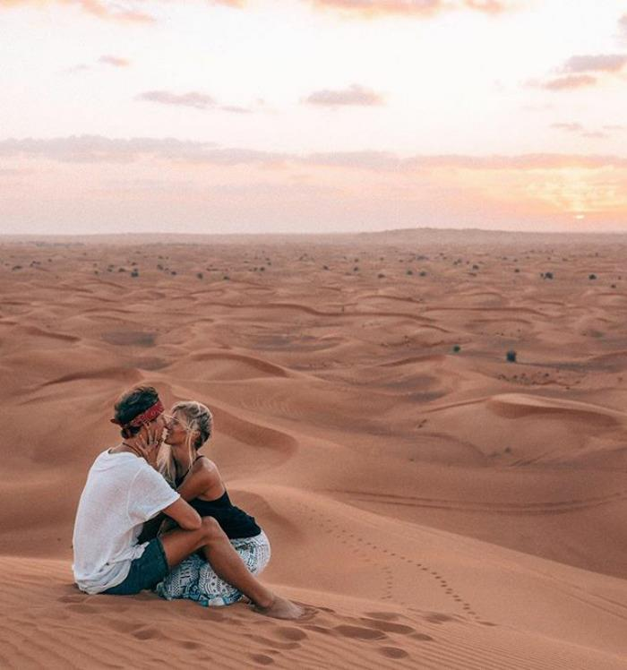 Lauren Bullen e Jack Morris nel deserto mentre si baciano