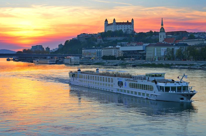 Vista del Castello di Bratislava e del Danubio