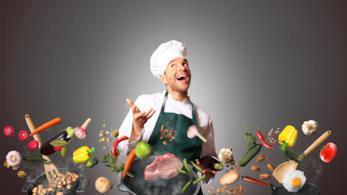 Un cuoco sorride circondato da cibo in sospensione