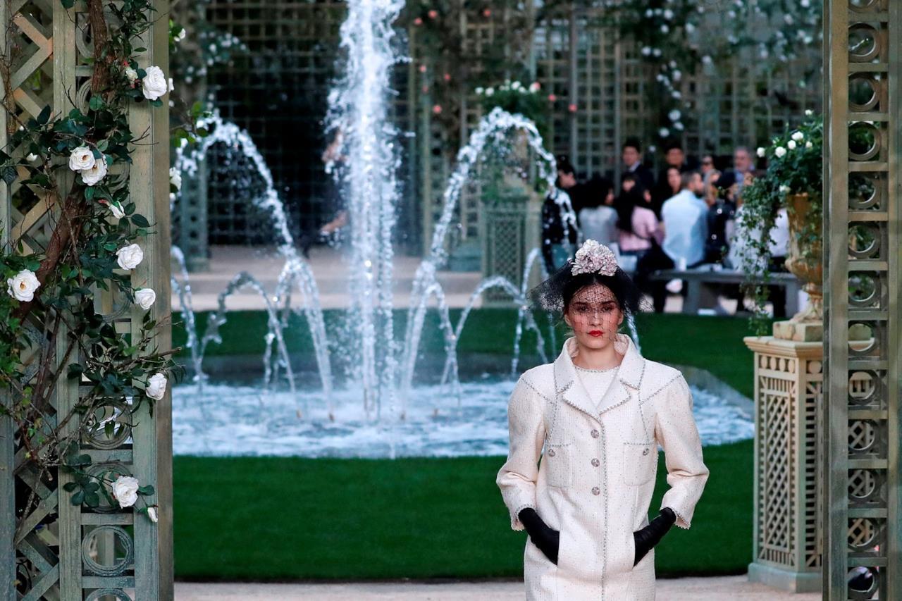 La modella e il copricapo bianco per la sfilata di Chanel Haute Couture