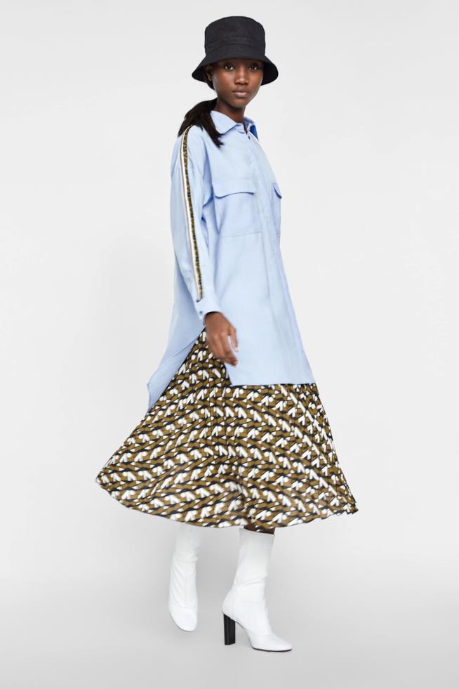 Camicia oversize azzurra di Zara con striscia laterale logo