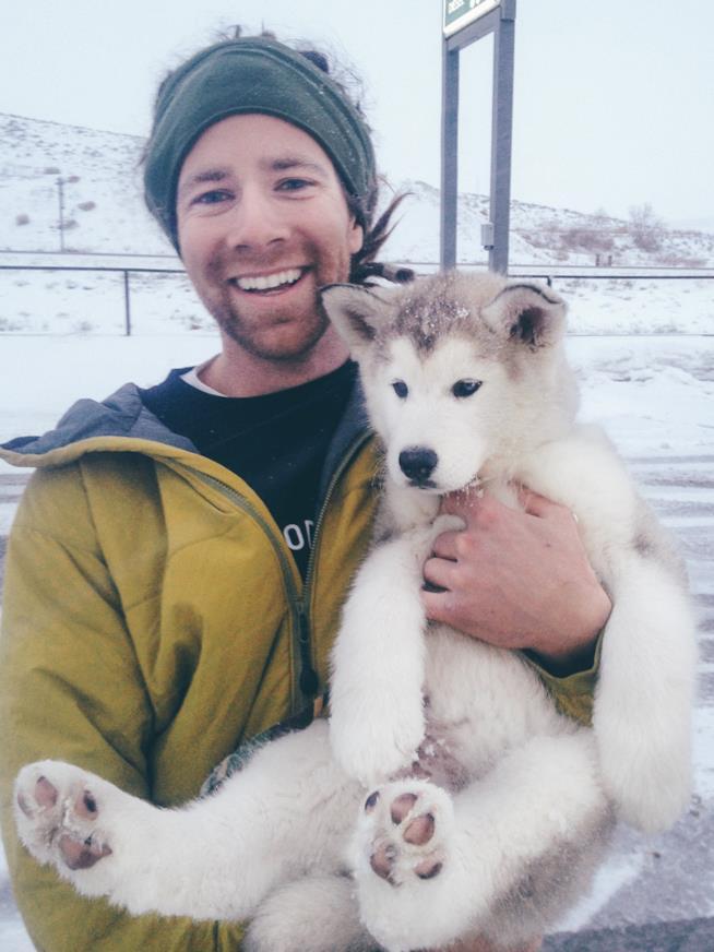Kelly assieme a Loki ancora cucciolo, il giorno dell'adozione