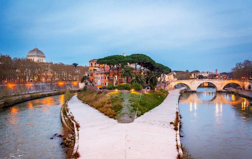 L'isola Tiberina di Roma, dove a Ferragosto si svolge un festival di cinema