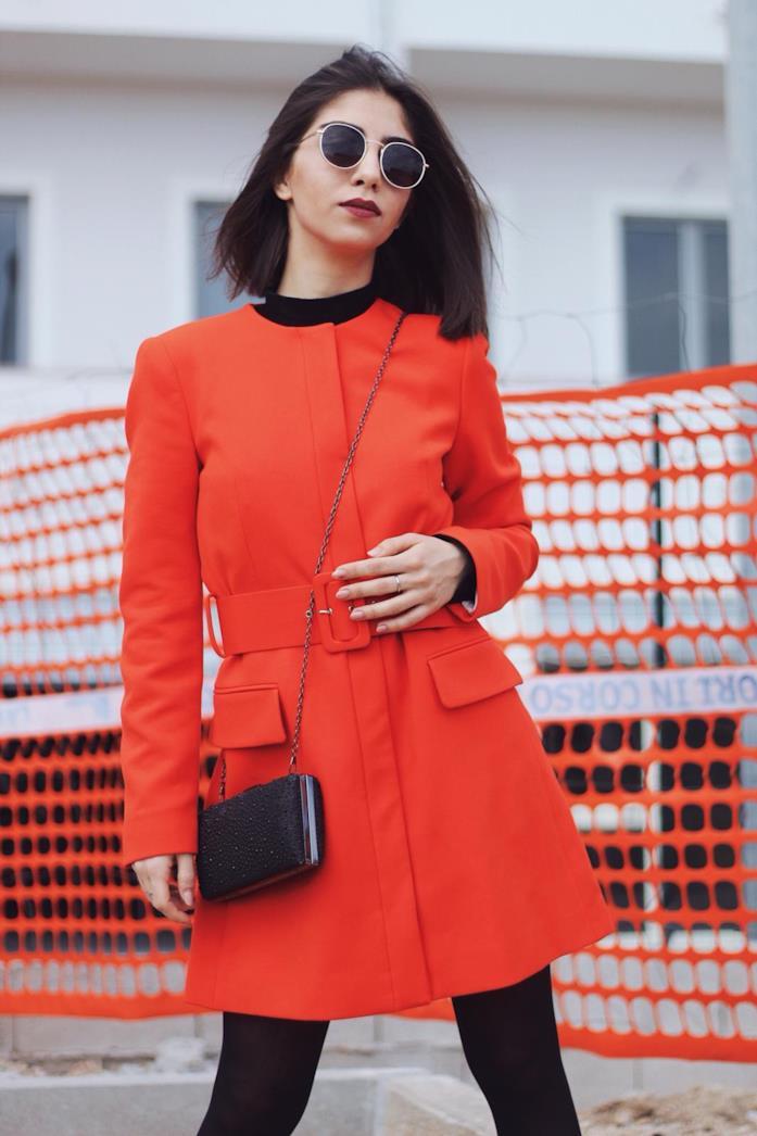 Anna Delia Caccamo con una giacca arancio fluo