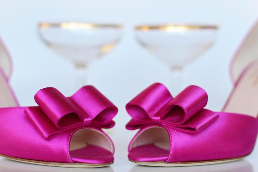 scarpe rosa da sera con tacco con bicchieri per il brindisi con champagne