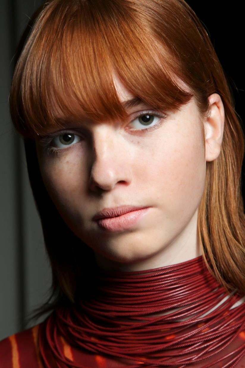 Ragazza con capelli rossi e frangia