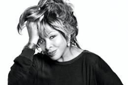 Primo piano di Tina Turner, in bianco e nero, con lei con una mano tra i capelli