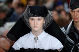 Un look durante la sfilata Maison Margiela