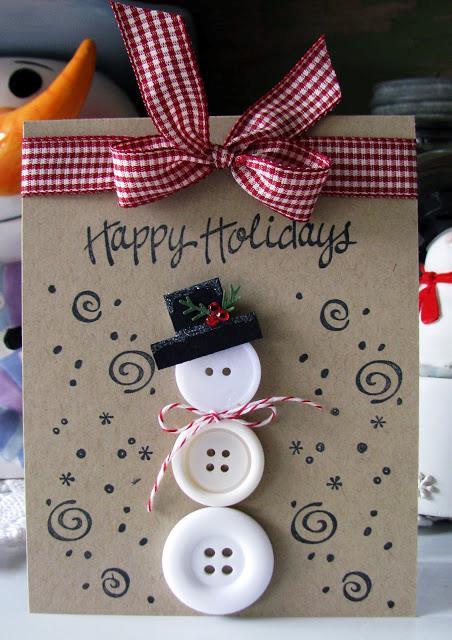 Biglietto di auguri fai da te che riproduce un pupazzo di neve con i bottoni