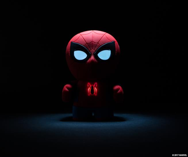 Lo Spider-Man Interactive App enabled di Sphero fotografato al buio