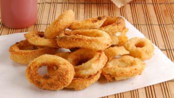 Anelli di cipolla fresca fritti