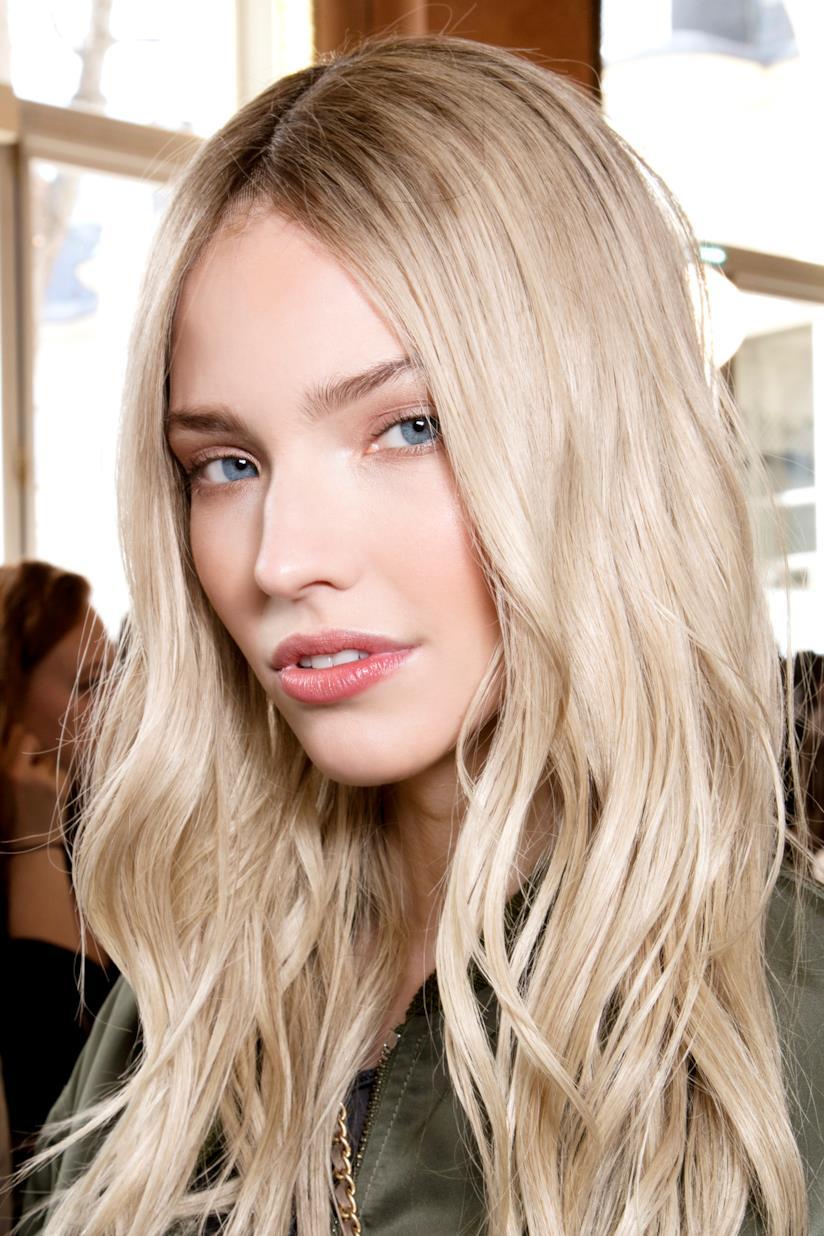 Modella con capelli biondo chiarissimo