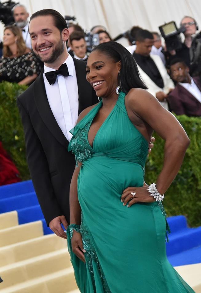 Una sorridente Serena Williams con pancione in bella vista al fianco del compagno Alexis Ohanian