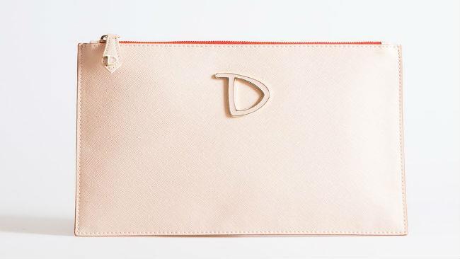 La collezione estiva di Dixie punta sulle pochette, meglio se cipria o color rosso corallo