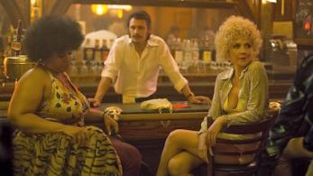 una scena di The Deuce con James Franco e Maggie Gyllenhaal