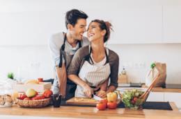 Una coppia prepara la cena insieme