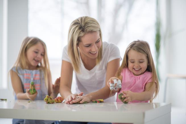 Famiglia gioca con la pasta di sale