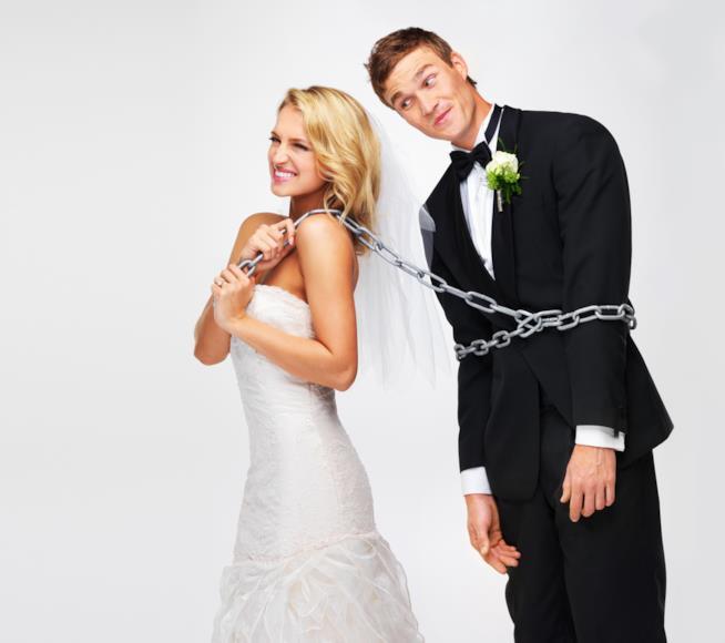 Una sposa trascina lo sposo con una catena