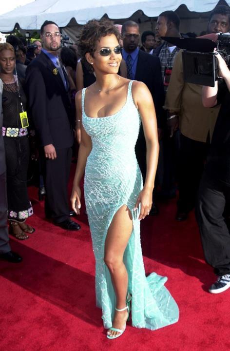 Halle Berry indossa un abito azzurro chiaro con spacco