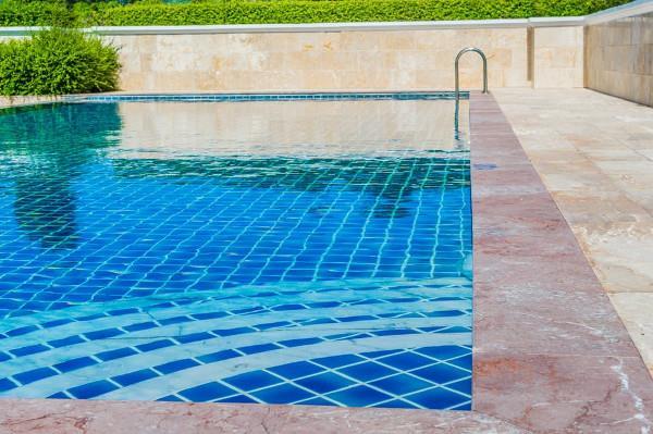 Il marmo di una piscina