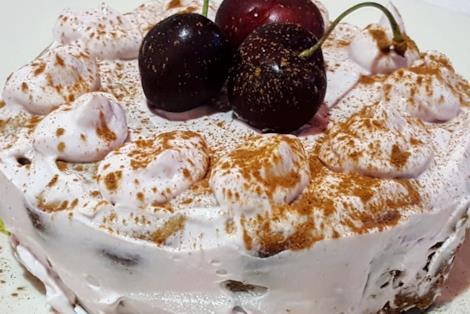 Tortino con crema e ciliegie