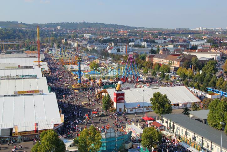 I capannoni della Cannstatter Volksfest di Stoccarda visti dall'alto