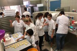 Ragazzi con autismo preparano biscotti
