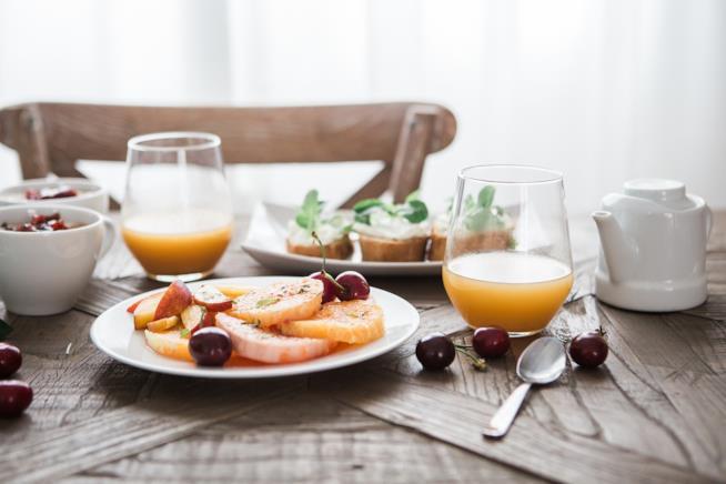 Frutta in un piatto e bicchieri con succo di frutta.
