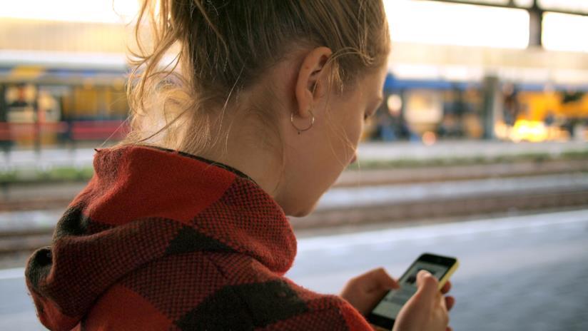 Una ragazza guarda il cellulare