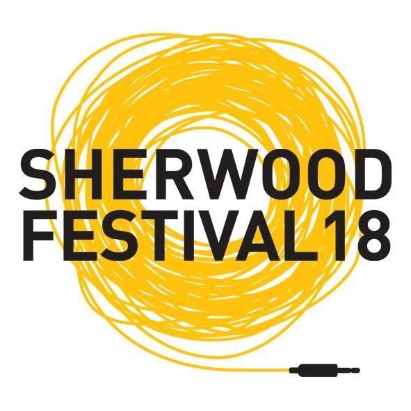 La scritta Sherwood Festival con spirale gialla e su sfondo bianco