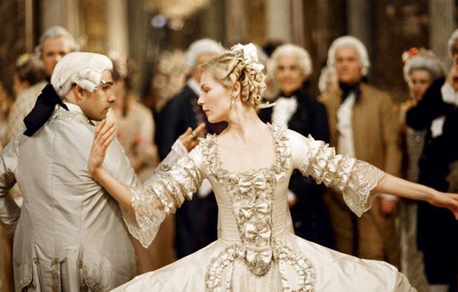 Marie Antoinette vestita da sposa in fase di danza