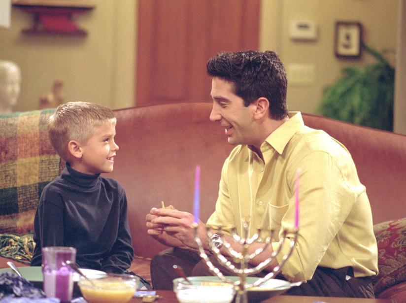 Una scena di Friends con Cole Sprouse e David Schwimmer
