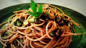 Spaghetti integrali con sugo di alghe e fiori di zucca
