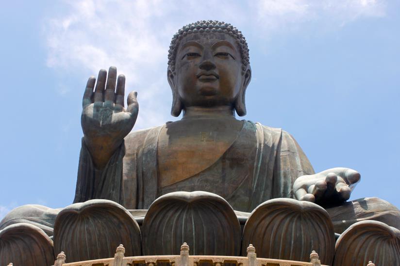 La possente scultura di Buddha sull'isola di Lantau