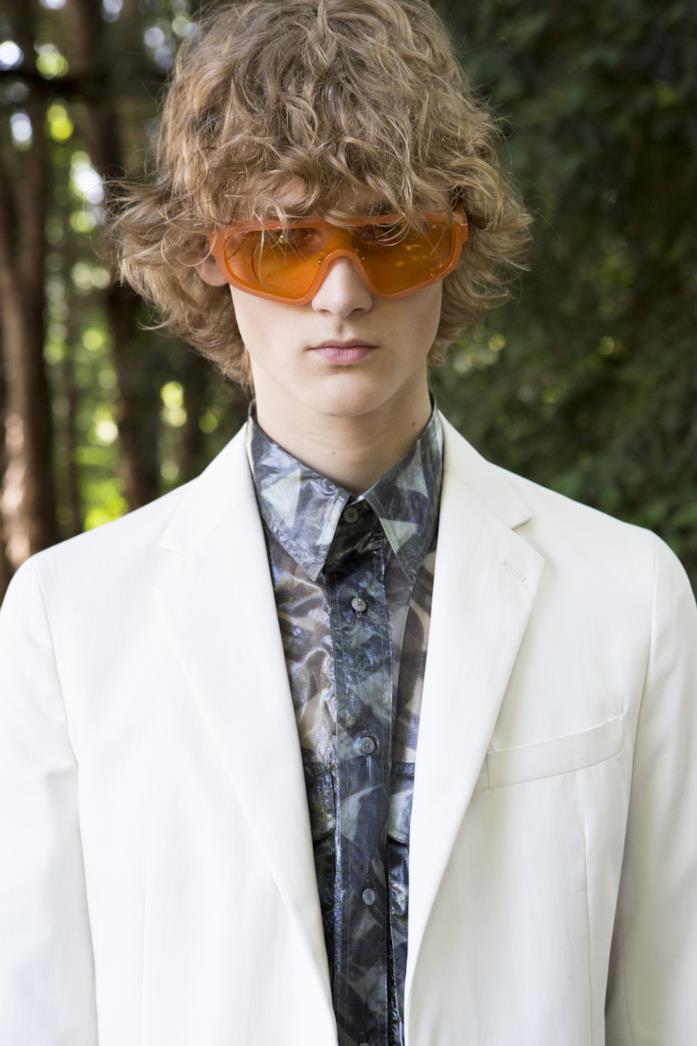Modello indossa occhiali a mascherina collezione SS20 Fendi