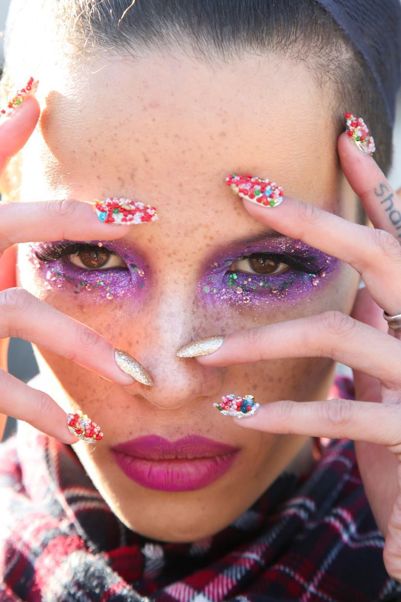 Unghie decorate particolari con perle colorate